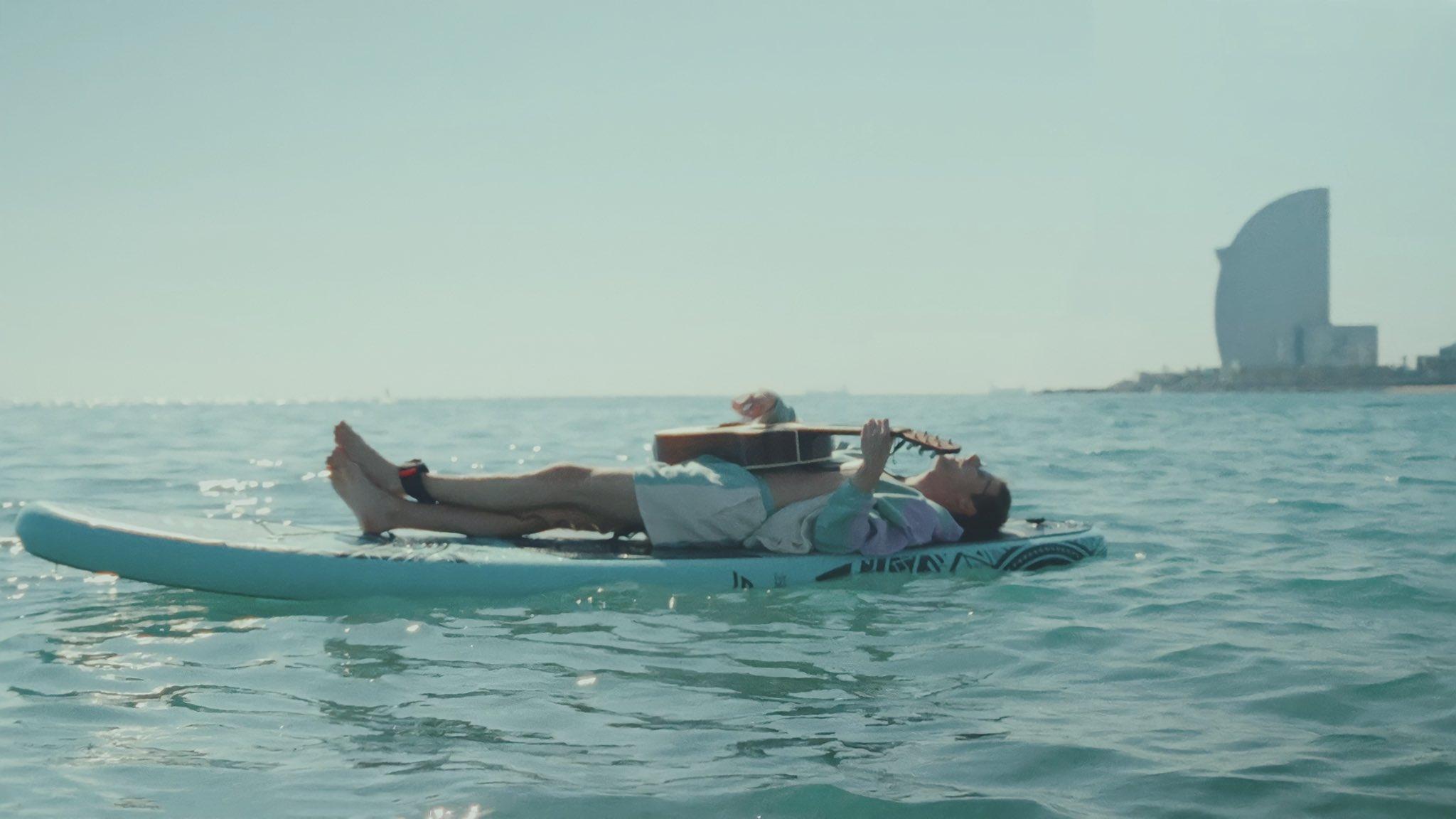 David Rees graba gran parte de sus escenas sobre una tabla de surf.